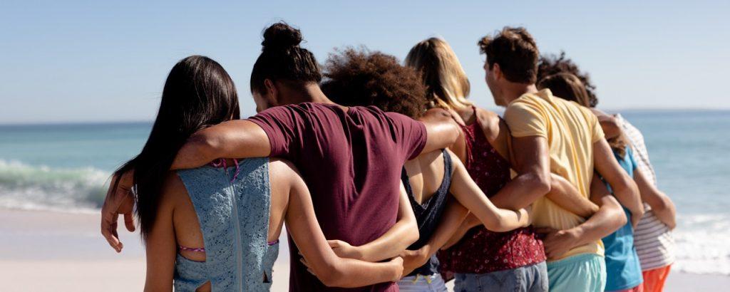 Gruppo di ragazzi in spiaggia